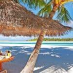 уютное кафе на пляже Мальдивы