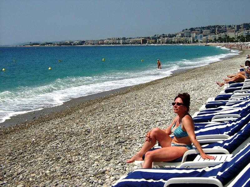 Пляжи Ниццы галечные