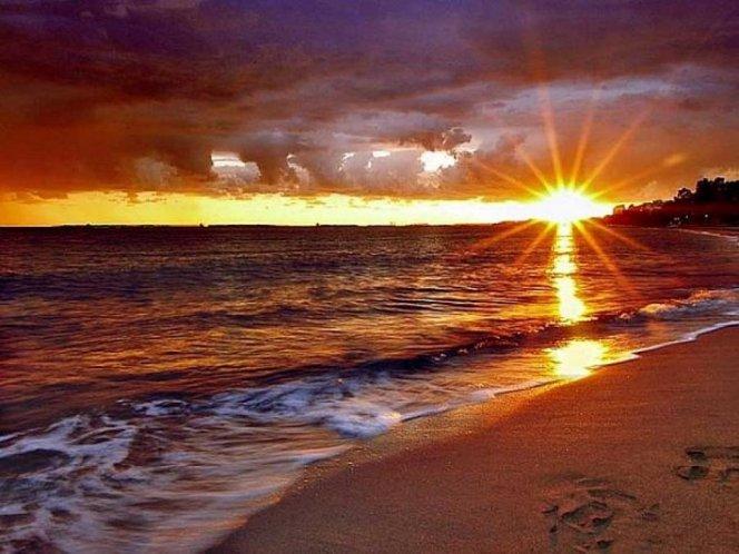 Закат на пляже Вулкан