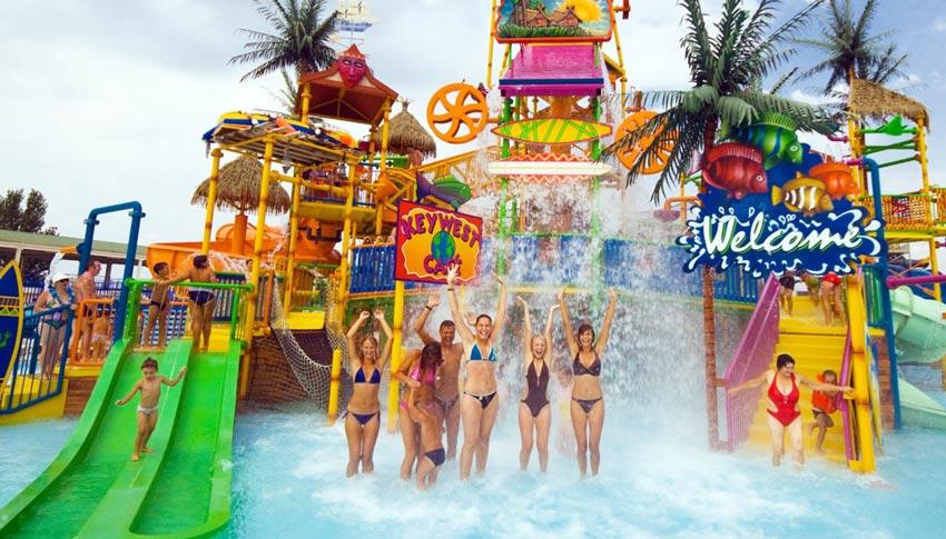 посетители аквапарка Золотой пляж в Анапе
