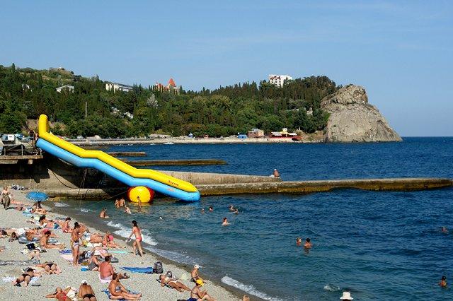 На фото пляж санатория Карасан
