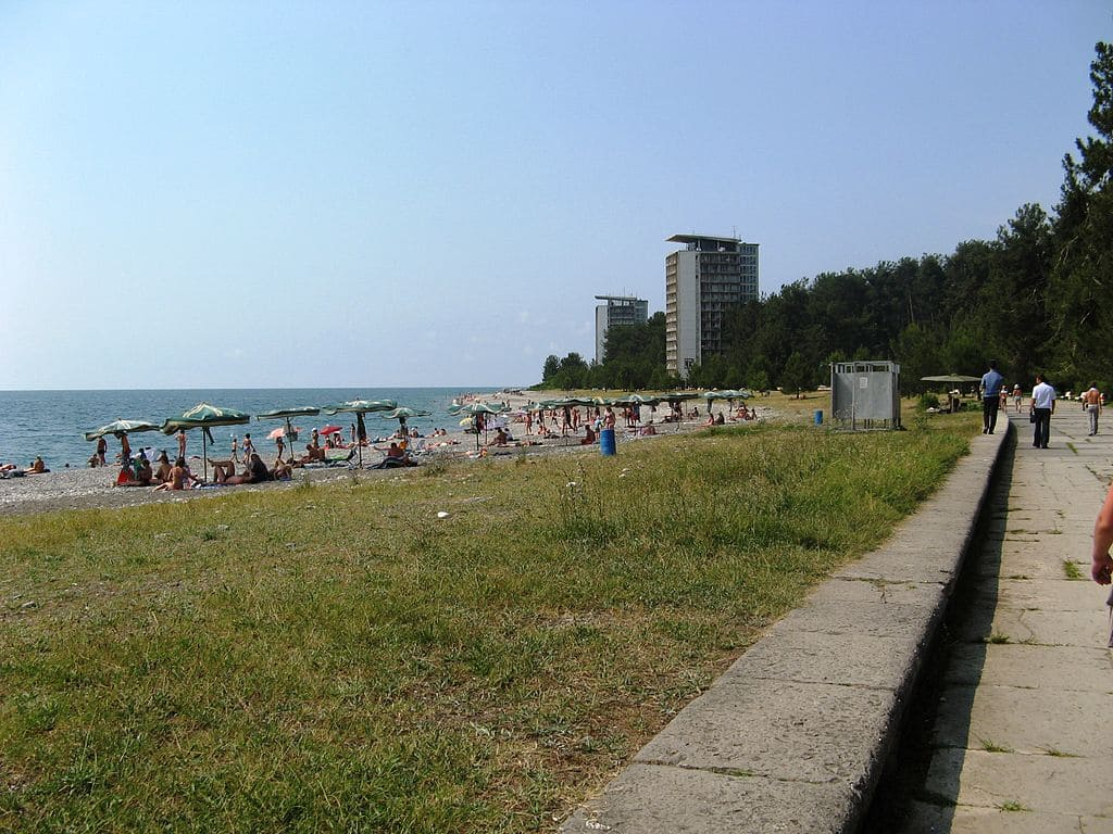 На центральном пляже в Пицунде