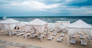 песчаный пляж Ривьера Сочи