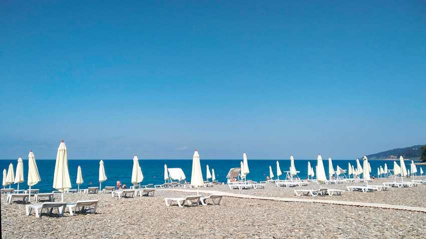 шезлонги на пляже Ласточка Мамайка