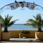 центральный вход на пляж Чайка в Адлере
