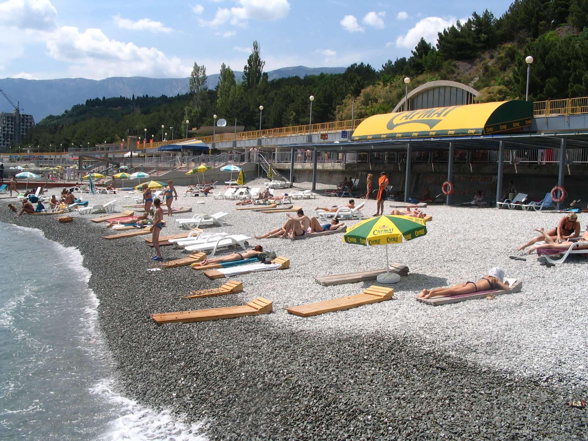 Отдых на пляже у гостиницы Интурист