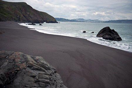 Черный песок на пляжах