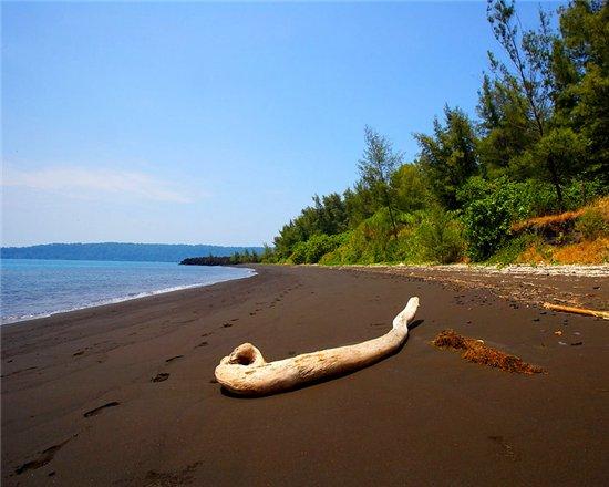 Пляжи покрытые черным песком