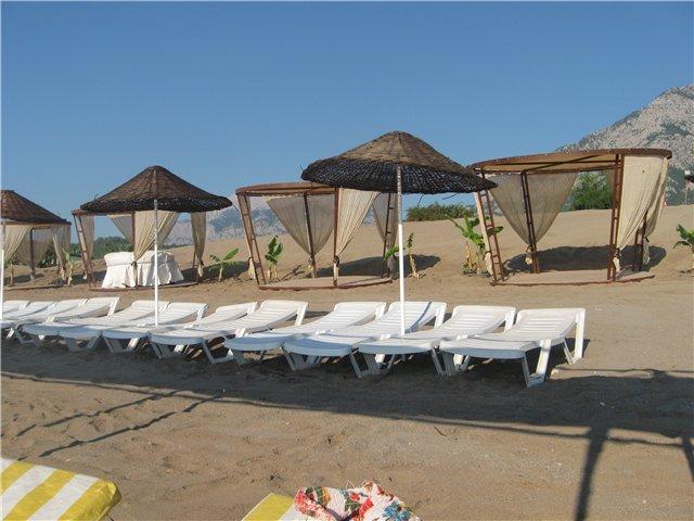 Пляж отеля Garden Resort Bergamot Hotel 4* ранним утром