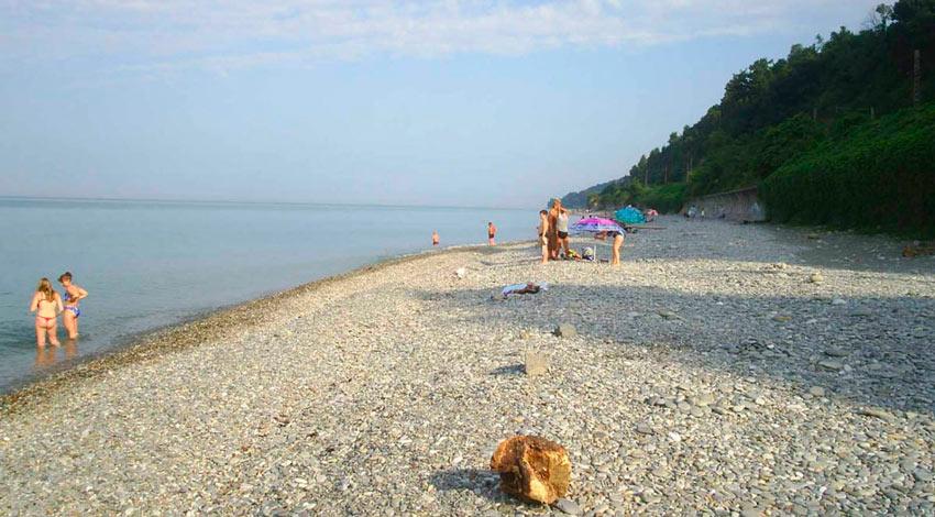 галечный дикий пляж в Лоо