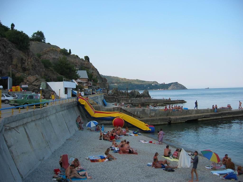 На городском пляже Партенита