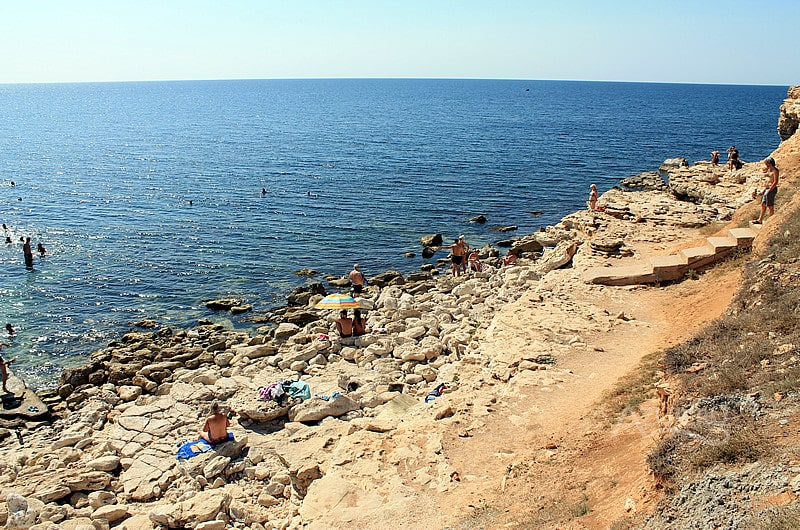 Дикий пляж на мысе Херсонес