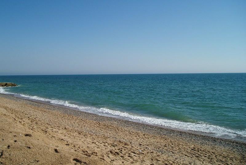 Песчаный пляж в Саках