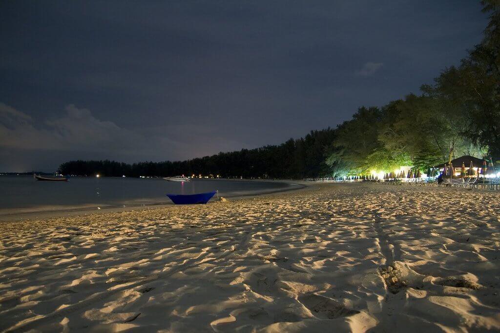 Пляж в Най-Янг-Бич, Тайланд.