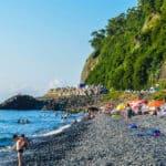 Пляж Сарпи: прыжки со скал