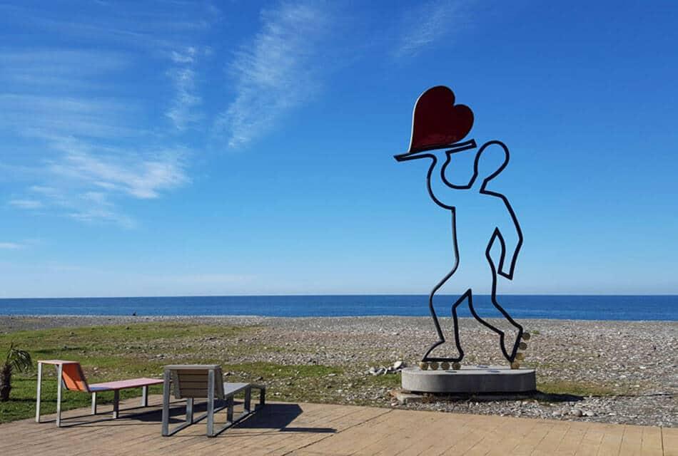 Скульптура на пляже Новый бульвар в Батуми