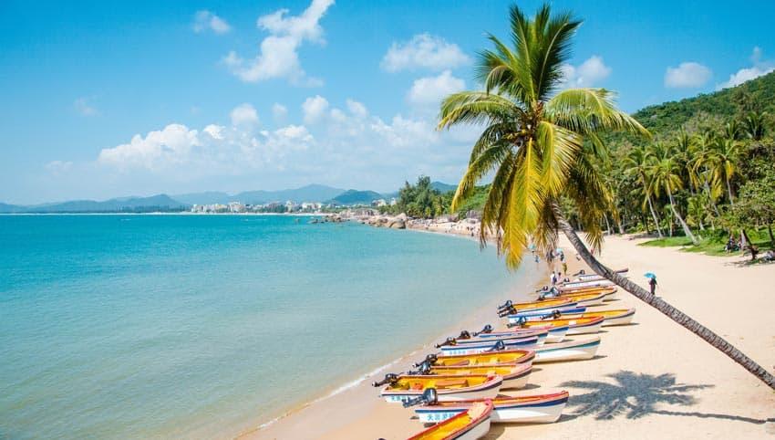 лодки на пляже Ялунвань