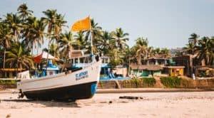 лодка на пляже Ашвем
