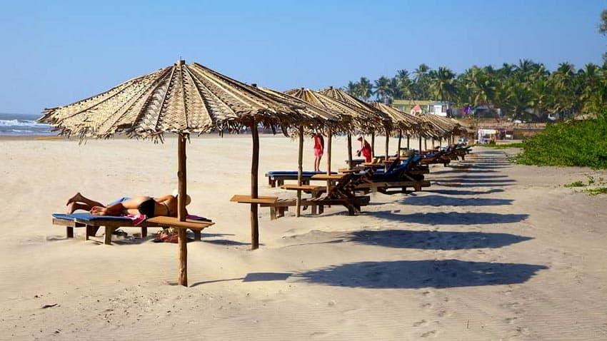 отдыхающие на пляже Ашвем на Гоа