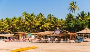 шезлонги на берегу пляжа Ашвем