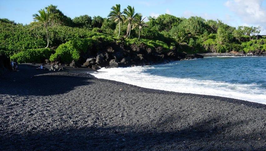 Пляж с черным песком Лангкави
