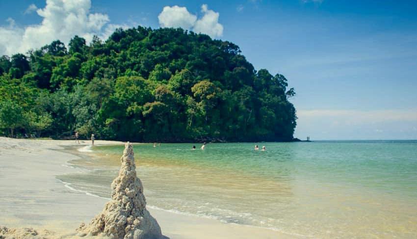 пляж возле аэропорта на Лангкави