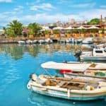 бухта с лодками побережья Албании