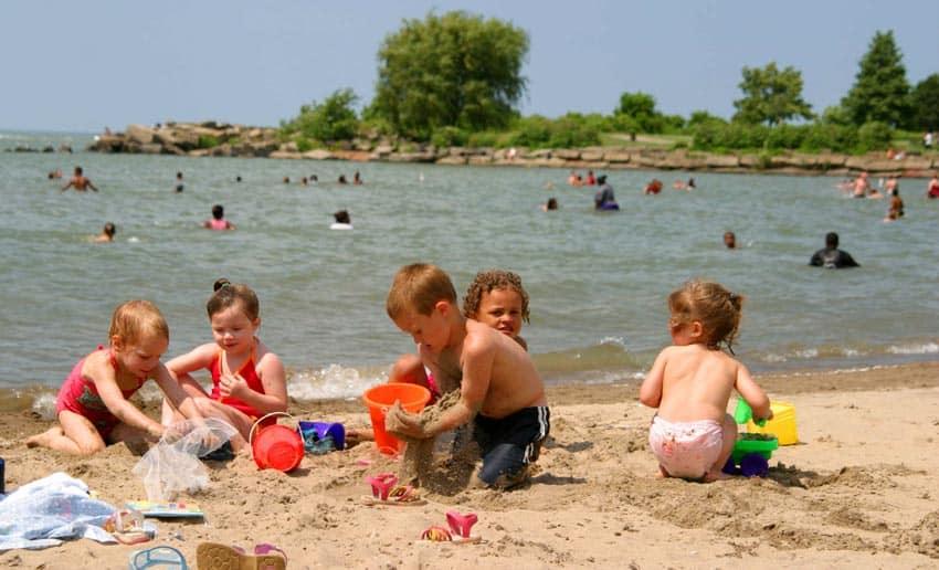 дети на пляже Даркино