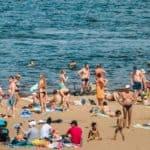 отдыхающие на пляже Моркваши