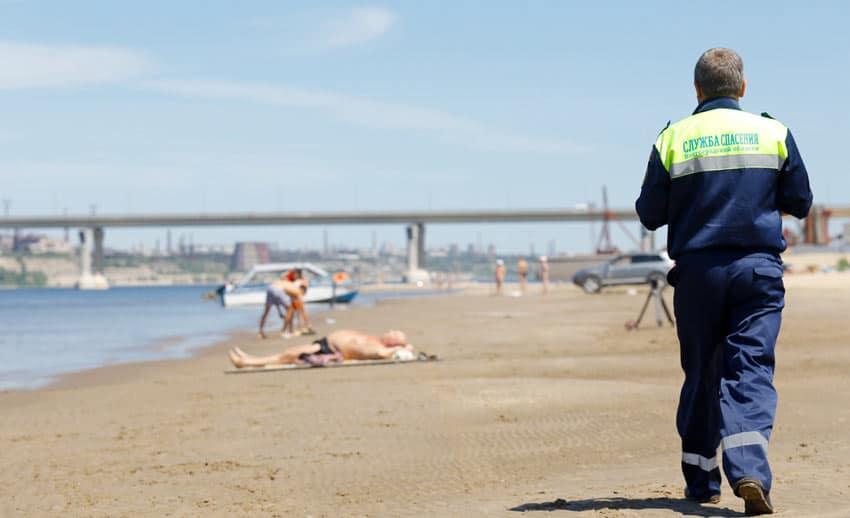 спасатели на пляже Спартановка