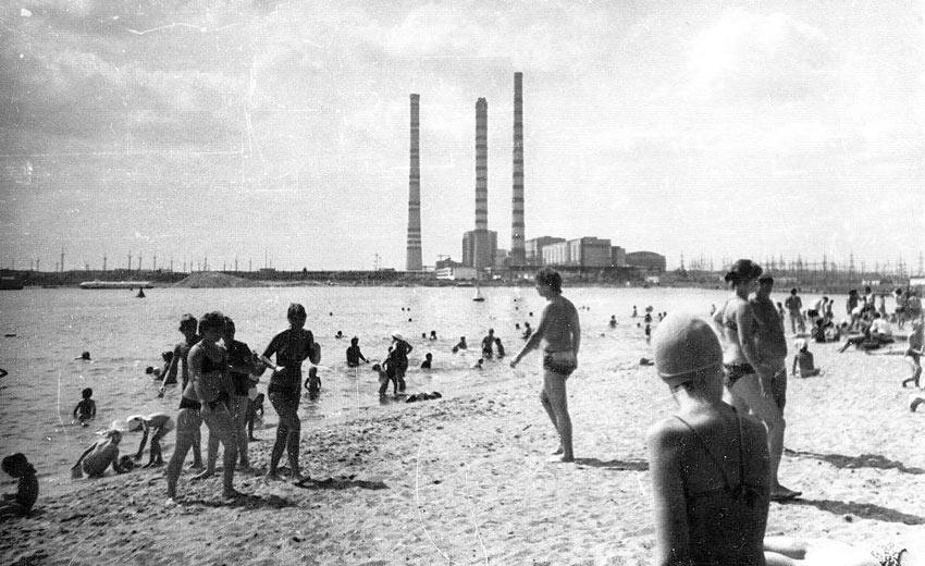 архивное фото пляжа возле ГРЭС