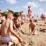 дети в песочнице на пляже Ярославль