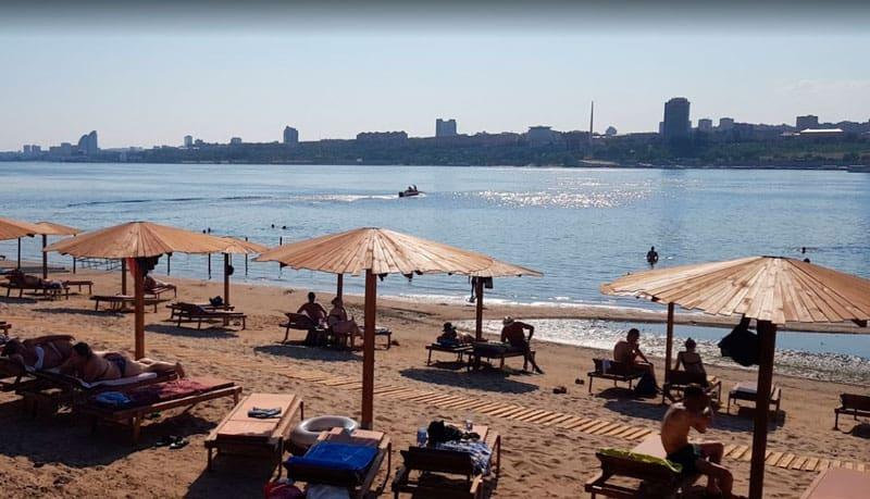 пляж Бобры шезлонги и зонтики